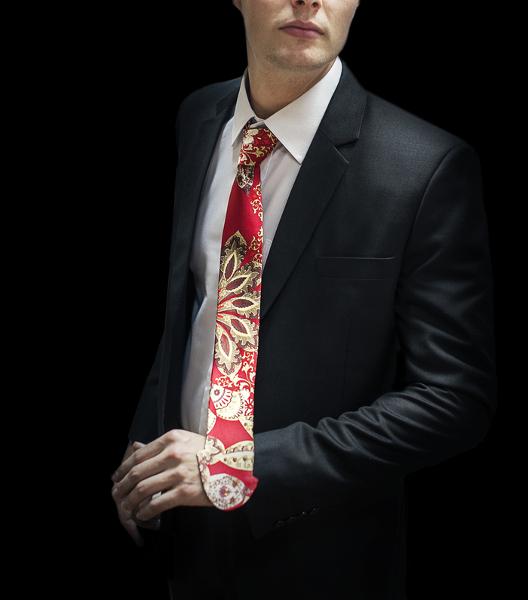 dicktie-cravatta-a-forma-di-pene-fantasia-su-fondo-rosso